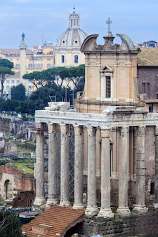 Antonin 사원과 faustina는 이탈리아 로마의 고대 로마 사원입니다.