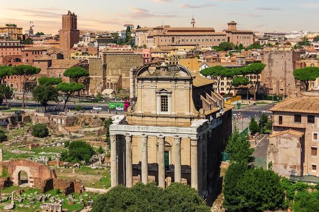 イタリア、ローマのフォロロマーノにあるアントニヌス寺院とファウスティナ寺院。
