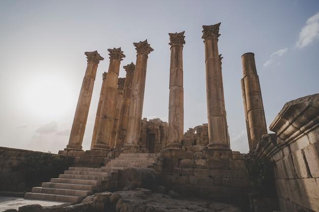 고대 로마 도시인 요르단 제라시(jerash)에 있는 아르테미스 신전(temple of artemis). 푸른 하늘에 대 한 로마 시대의 높은 기둥. jarash 시의 고대 유적. 요르단 관광.
