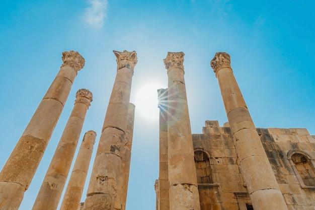 Храм артемиды в древнеримском городе гераса, предновогодний джераш, иордания.
