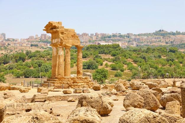 ディオスクーリ神殿(キャスターとポルックス)。神殿の谷、アグリジェント、シチリア島、イタリアの有名な古代遺跡。ユネスコ世界遺産。