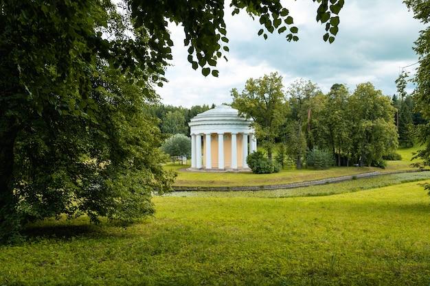 Храм дружбы в павловском парке на повороте реки славяновка, санкт-петербург, россия.