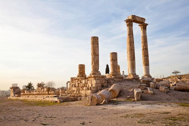 Храм геркулеса в историческом месте цитадели в аммане, иордания