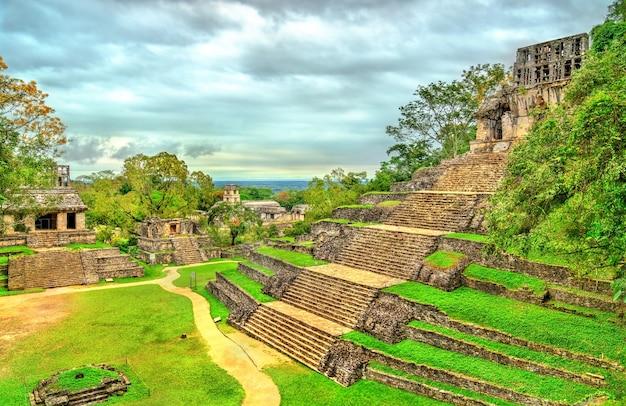 メキシコの古代マヤの都市、チアパス州のパレンケにある十字架の神殿