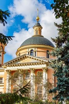青い空を背景にモスクワのザリャディエ公園にある大殉教者バーバラ神殿