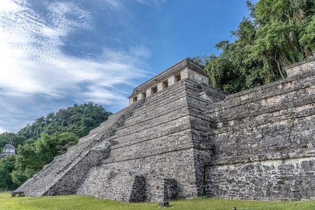 맑고 푸른 하늘 아래 멕시코의 비문 palenque 사원