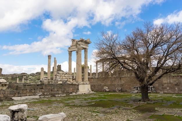 터키 베르가마의 고대 도시 페르가몬에 있는 트라야누스 신전