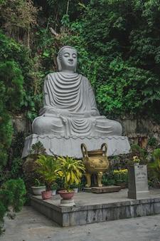 Храмовая пагода в мраморных горах в городе дананг во вьетнаме Premium Фотографии