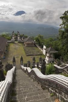寺院寺院レンプヤンとアグン火山の眺め。バリ。インドネシア