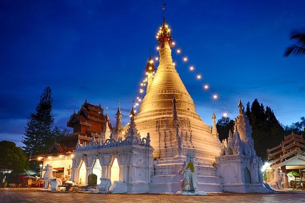 タイのメーホンソンにあるテンプルワットプラタートドイコンムー。