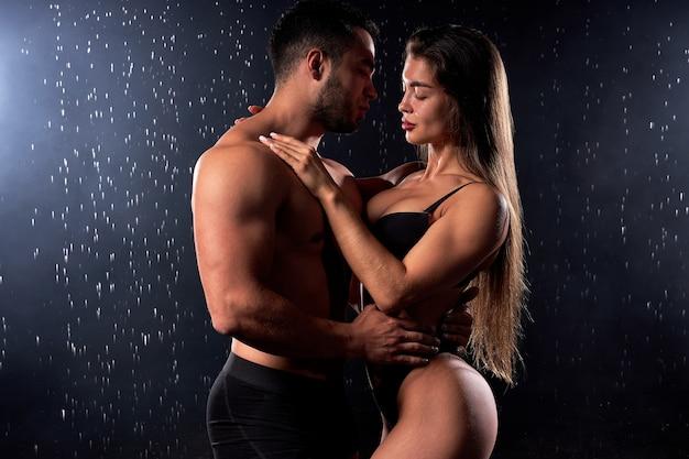シャツを抱き締めることなく、欲望を感じ、濡れてセクシーな誘惑的な白人男性と女性