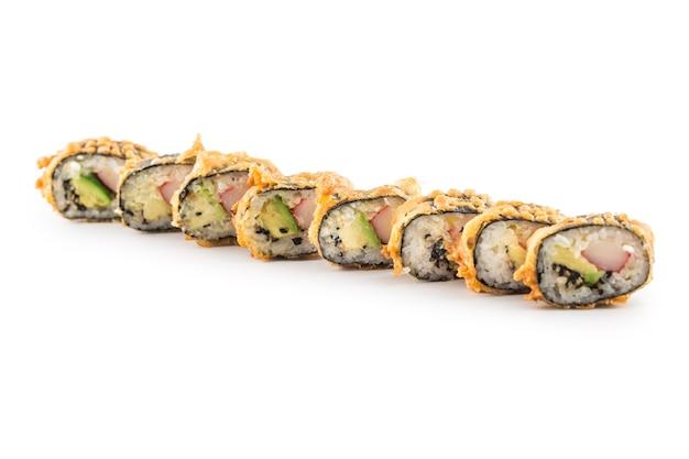 Темпура горячие жареные суши маки традиционные японские блюда, изолированные на белом.