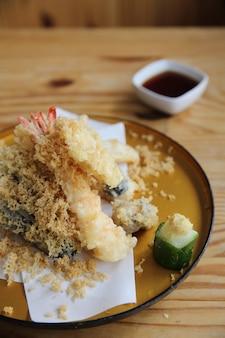 Японская еда темпура на фоне дерева