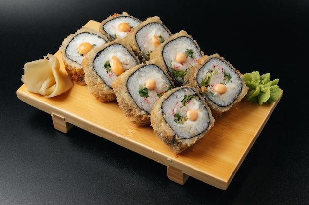 Темпура маки суши обжаренный во фритюре суши ролл подается на деревянной доске