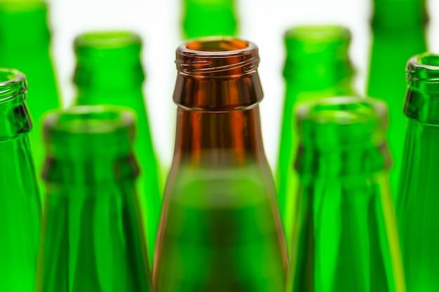 緑のボトル10本と茶色のボトル1本。中央の茶色のボトルに焦点を当てる