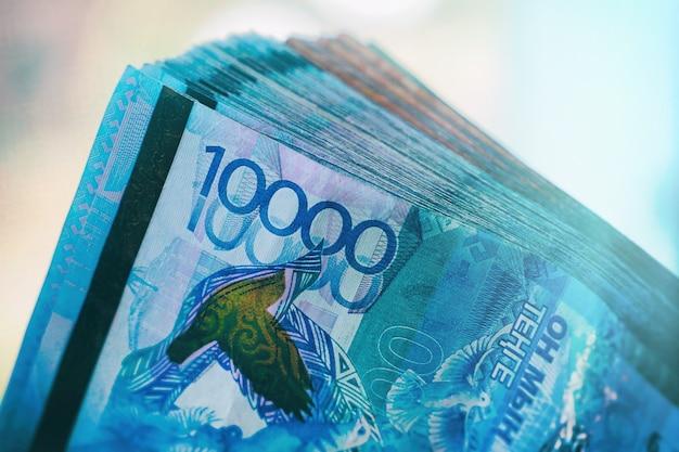Десять тысяч тенге крупным планом. пачка банкнот.