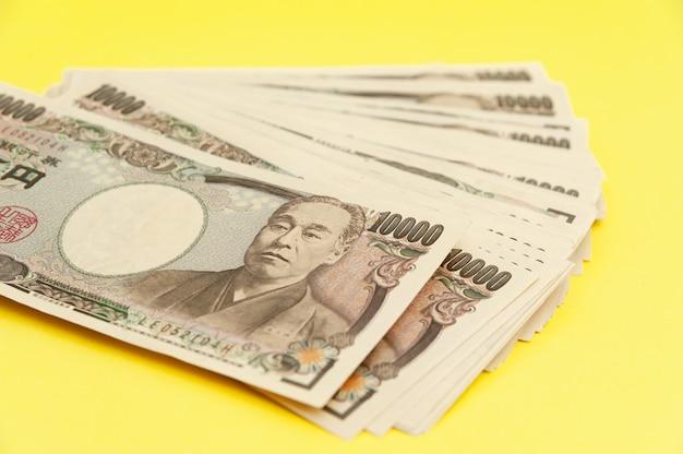 1万円紙幣が積み上げられました。