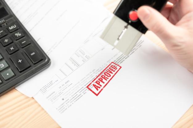 입찰 수락-손으로 재정 청구서에 승인 된 도장을 찍습니다. 승인 된 스탬프.