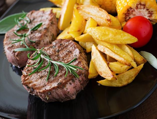 Нежный и сочный стейк из телятины средней редкости с картофелем фри