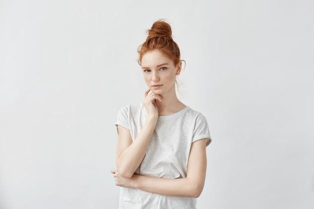 Нежная красивая рыжая девушка