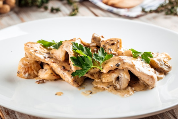 柔らかい鶏ささみのキノコとクリーミーソース