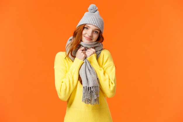 Нежная, шикарная рыжеволосая женщина, чувствуя себя комфортно и тепло, получила в подарок на день святого валентина симпатичную шапочку