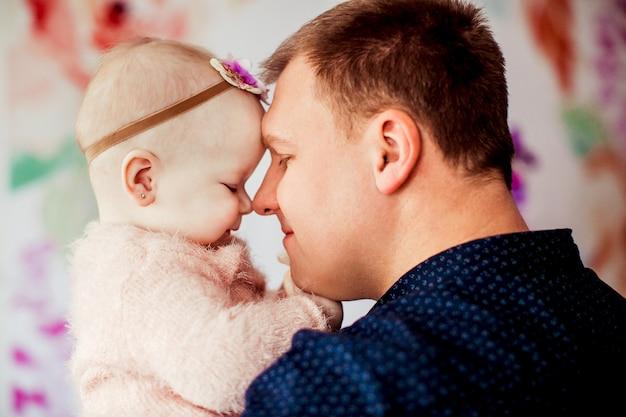 아버지와 분홍색 정장에 어린 소녀의 부드러운 포옹
