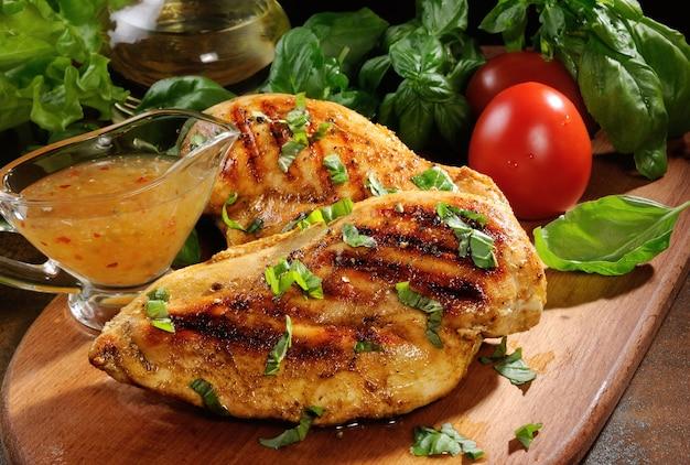 Нежная сочная куриная грудка, приготовленная на гриле с овощными ингредиентами и заправкой для теплого салата
