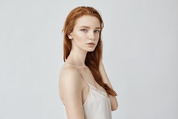 Donna tenera di redhead che propone nel profilo.
