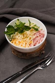 Нежный салат с сырной ветчиной и яйцом
