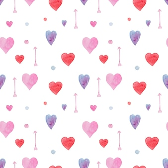 Нежный бесшовный акварельный образец с красными, синими и розовыми сердечками и стрелками