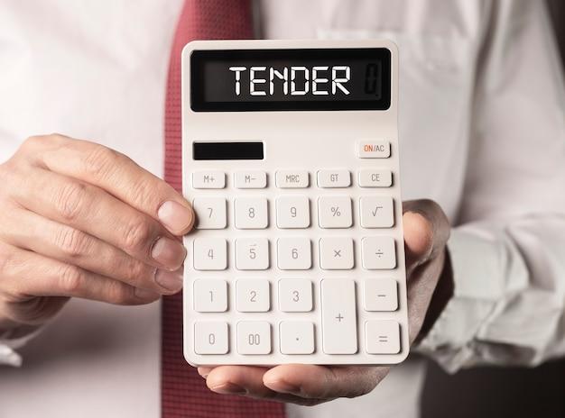 Нежное слово на белом калькуляторе в мужских руках деловое публичное предложение