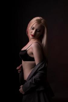 Нежная молодая модель с ярким макияжем и в черном белье