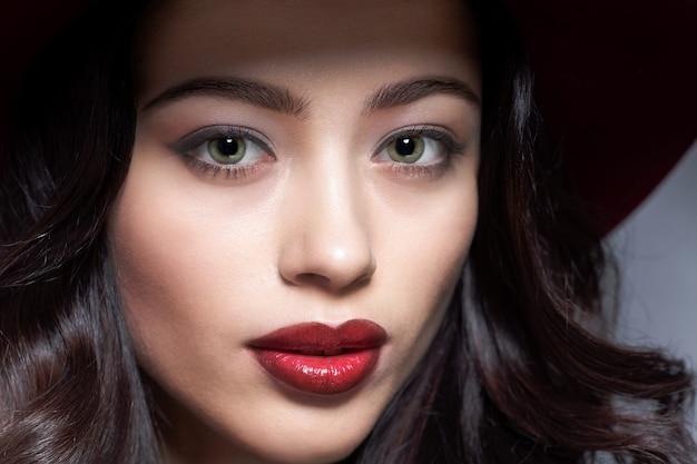 Нежное лицо молодой женщины с красивыми длинными темными волосами