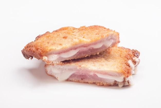햄과 치즈로 속을 채운 안심 소책자 산자코보 스페인 음식 리브리토스