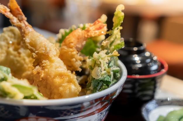Японское блюдо tendon или mixed tempura состоит из морепродуктов и овощей