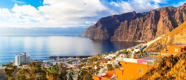 テネリフェ島の休日-人気のある観光リゾート、ロスギガンテスの岩の素晴らしい景色。カナリア諸島