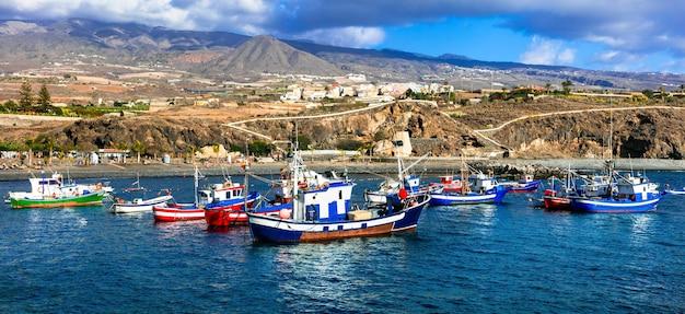 テネリフェ島の休日。プラヤサンファン-伝統的なボートのある絵のビーチ。カナリア諸島