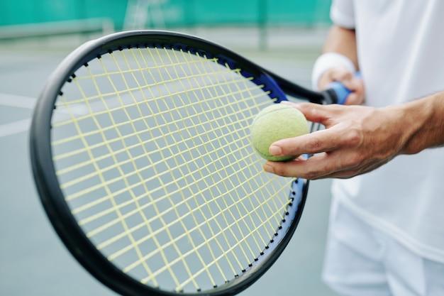 Теннинг игрок готовится ударить по мячу
