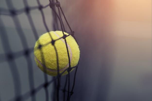 테니스 코트에서 테니스 그물을 치는 테니스 공