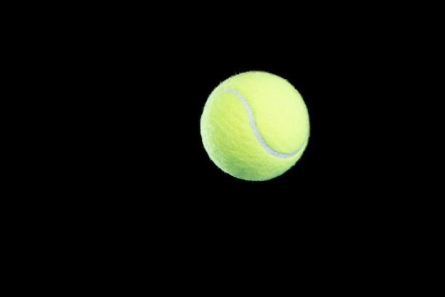 Теннисный мяч на черном фоне