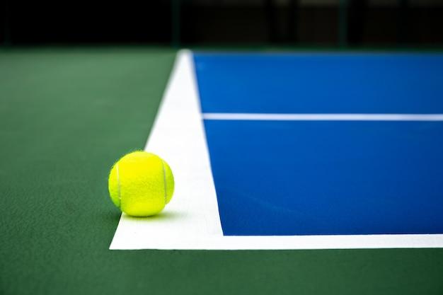 テニスボール、青のテニスコート