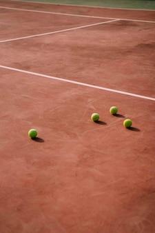 コート上のテニスボール