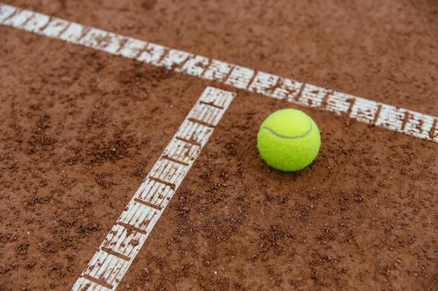 テニスボール、コート、クローズアップ。スポーツコンセプト。