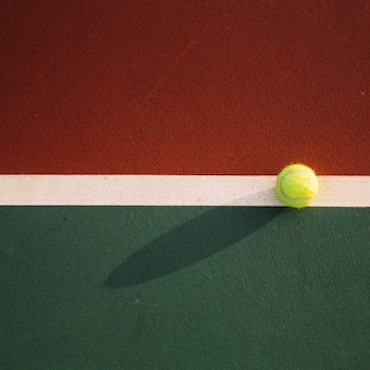 Теннисный мяч на поле