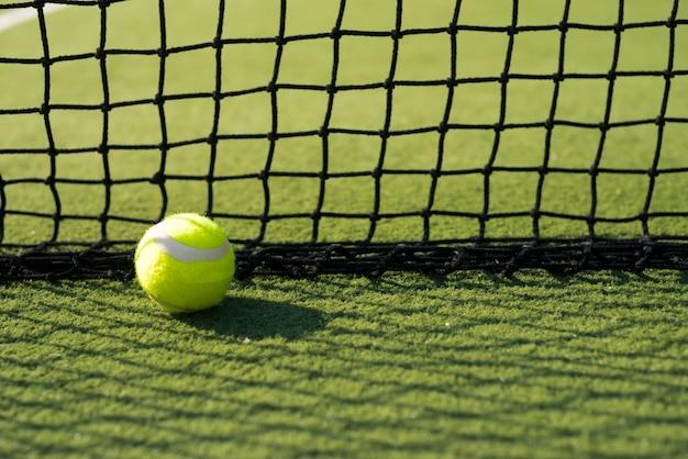 Теннисный мяч на земле