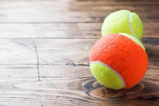 나무 배경, 스포츠 컨셉 및 아이디어, 소박한 스타일에 테니스 공.