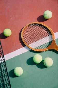テニスボール、ラケット、地面に