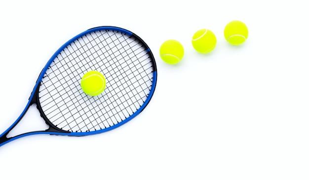 흰색 표면에 테니스 공입니다.
