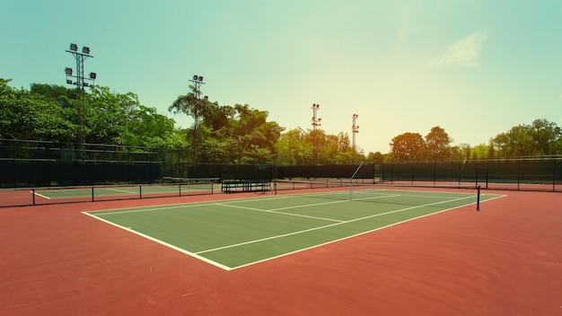 日没のテニスコート